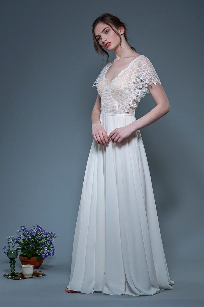 Brautkleid-Lina-thereseundluise-spitze-tiefer-V-Ausschnitt-vorne-und-hinten-fledermausärmel