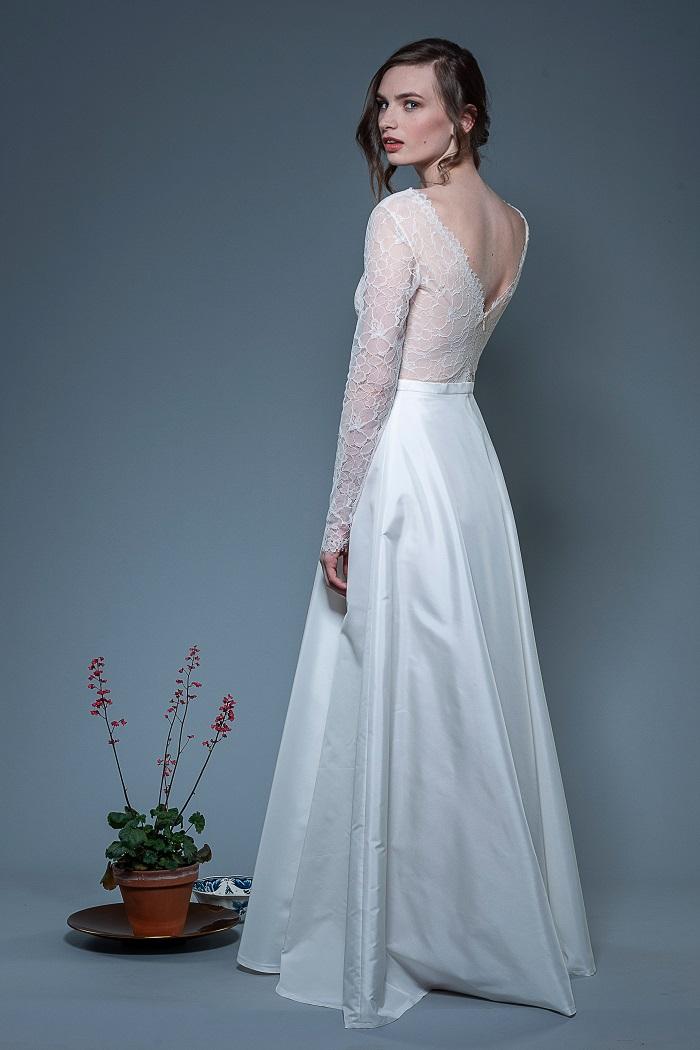 Brautkleid-Laura-thereseundluise-spitze-tiefer-V-Ausschnitt-vorne-und-hinten-langer-Ärmel
